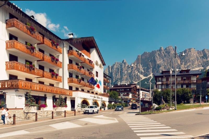 Beluno Italien-Augusti 9, 2018: Bergbyn av Cortina di Ampezzo arkivbild