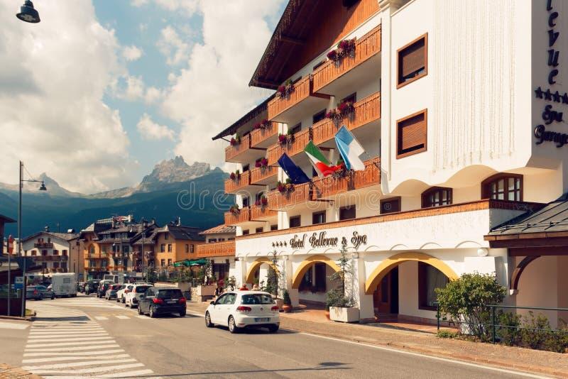 Beluno Italien-Augusti 9, 2018: Bergbyn av Cortina di Ampezzo royaltyfria foton