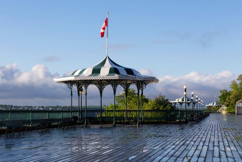 Belvédère éclairé à contre-jour par 1879 assez élégants sur la terrasse de Dufferin pendant le début de la matinée photo stock