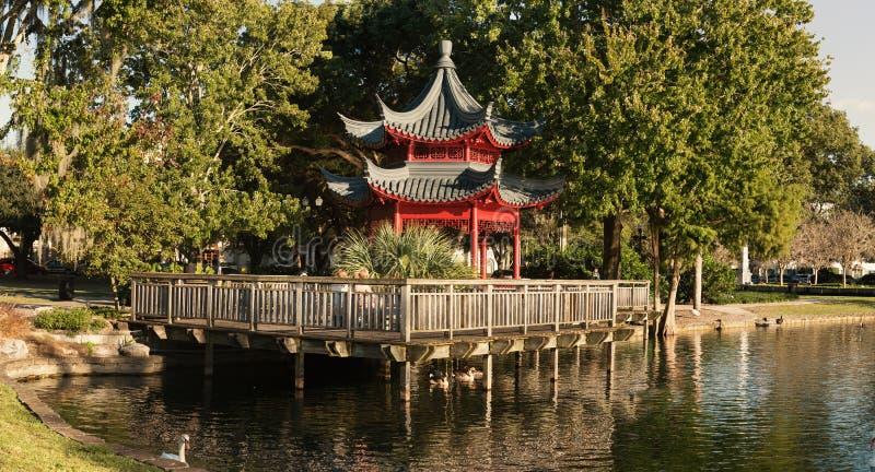 Belvédère asiatique de style, lac Eola, Orlando image stock