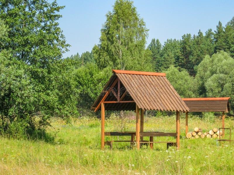 Belvédère dans l'aire de loisirs sur un pré pittoresque La Russie centrale images stock