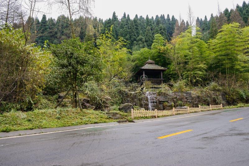 Belvédère de bord de la route en bois après pluie photos stock