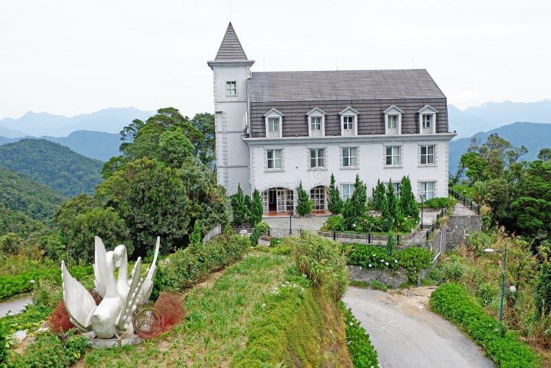Belvédère de construction classique de terrasse de château d'hôtel beau sur le jardinage décoratif de montagnes photo stock