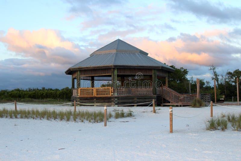 Belvédère en bois à la plage dans le coucher du soleil image stock