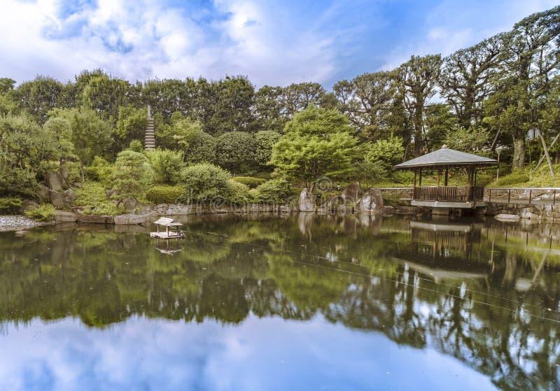 Belvédère hexagonal Ukimido dans l'étang central du wh de jardin de Mejiro photos libres de droits