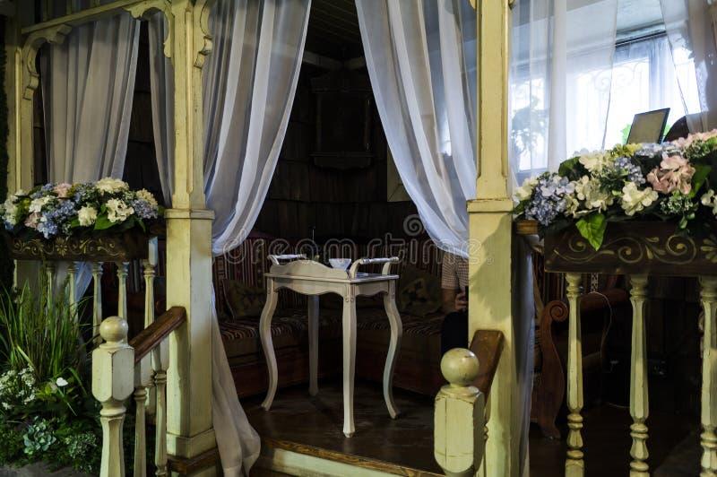 Belvédère luxueux de vintage avec une table de thé et des fleurs blanches photos stock