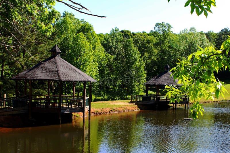 Belvédère sur les arbres verts bleus de cieux bleus de printemps de lac photographie stock libre de droits