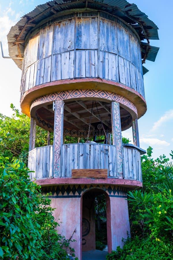 Belvédère/tour en bois de surveillance avec le toit de zinc dans l'arrangement tranquille paisible de campagne images stock