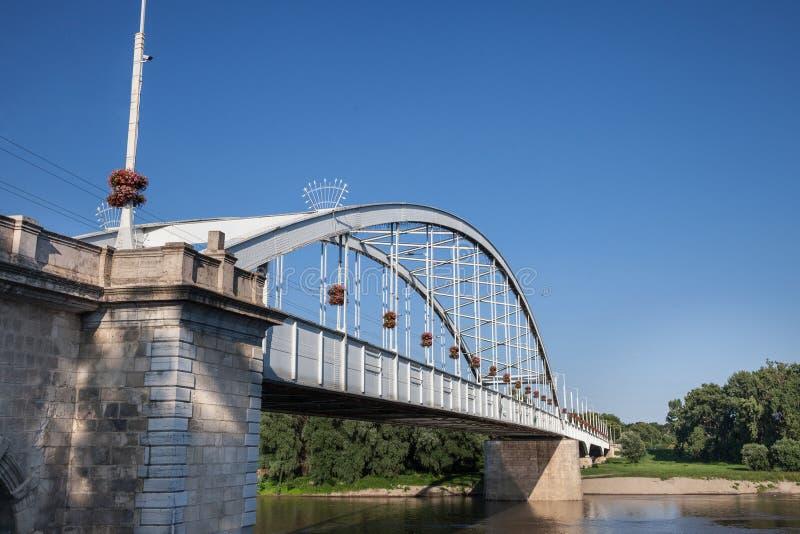 Belvarosi dolde bron, också som var bekant som den i stadens centrum bron på den tisza floden under en solig eftermiddag Bron för arkivfoton