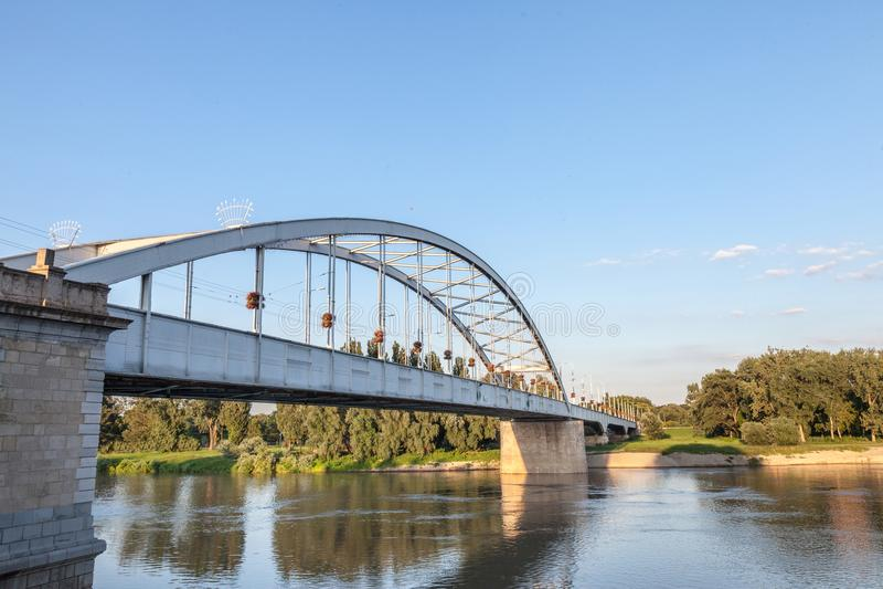 Belvarosi dolde bron, också som var bekant som den i stadens centrum bron på den tisza floden under en solig eftermiddag Bron för royaltyfri fotografi