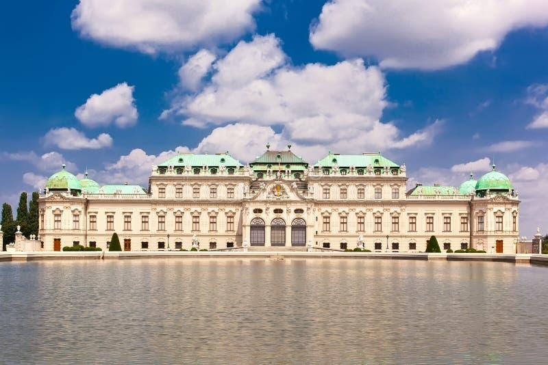 Belvedere het paleis wordt weerspiegeld in fontein wate stock foto