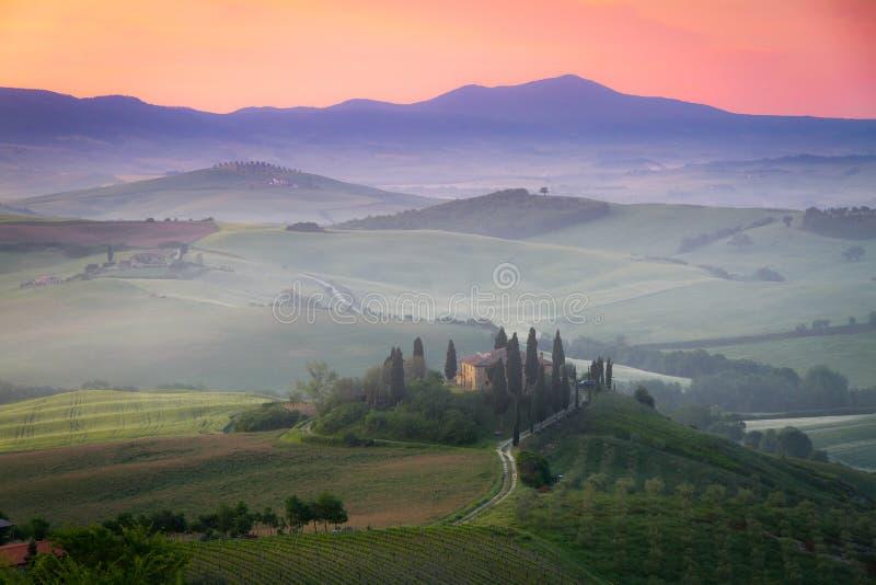 Belvedere no alvorecer, Italy da casa da quinta de Toscânia fotografia de stock