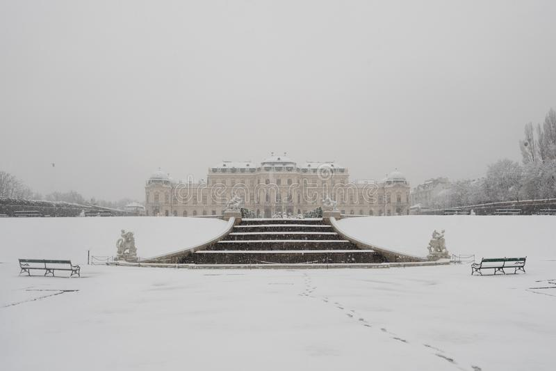 Belvedere-Palast im Winter in Wien lizenzfreie stockfotografie