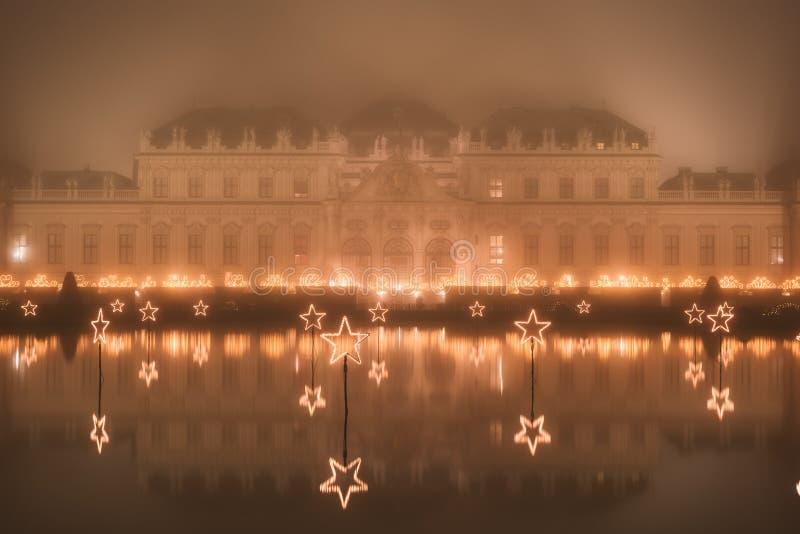 Belvedere-Palast nachts nebelhaftes in den Weihnachtslichtern lizenzfreie stockbilder