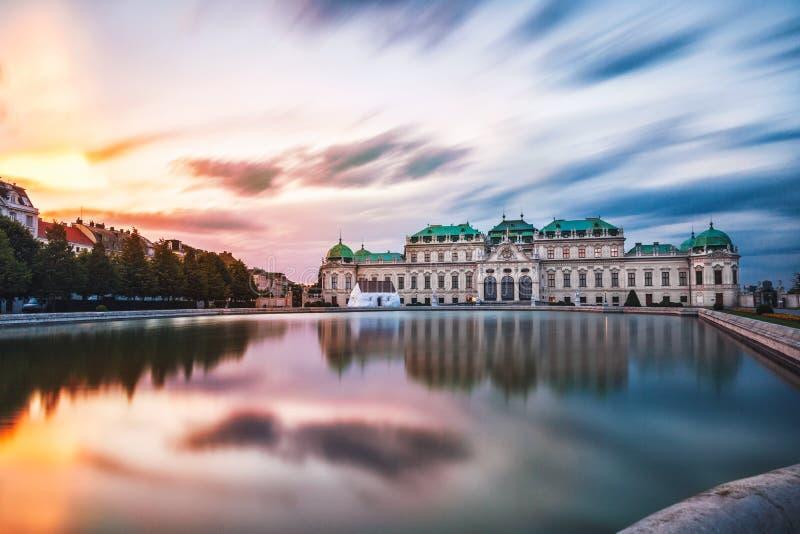 Belvedere paleis bij zonsondergang in Wenen, Oostenrijk royalty-vrije stock fotografie