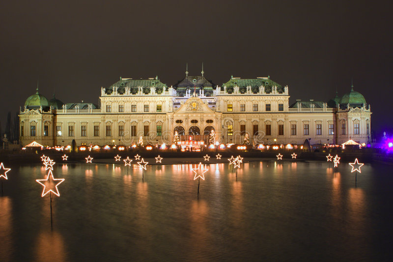 Belvedere van het paleis in Wenen - nacht stock afbeeldingen