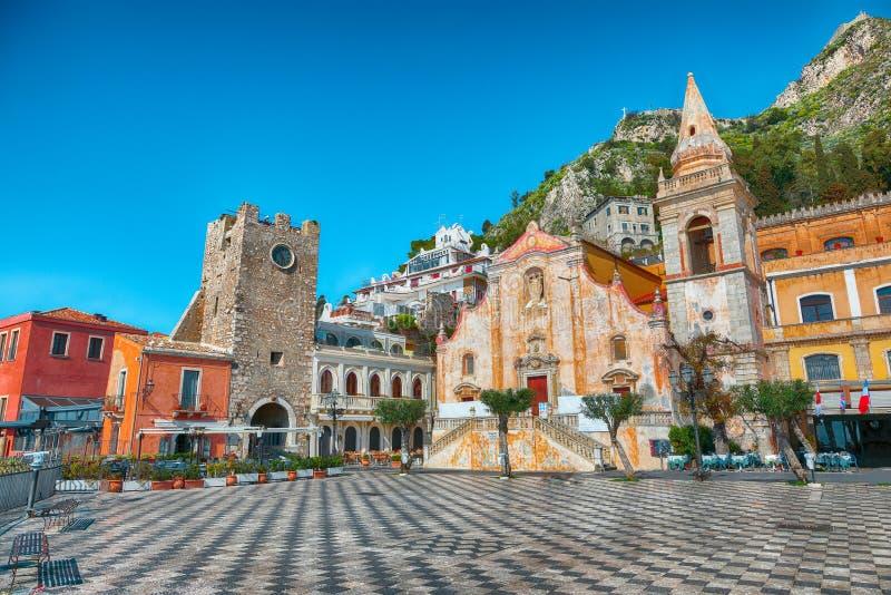 Belvedere van Taormina en de kerk van San Giuseppe op vierkante Piazza IX Aprile in Taormina stock foto