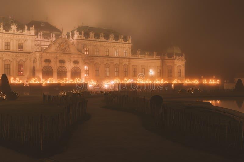 Belvedereslott på den dimmiga natten i julljus royaltyfria foton