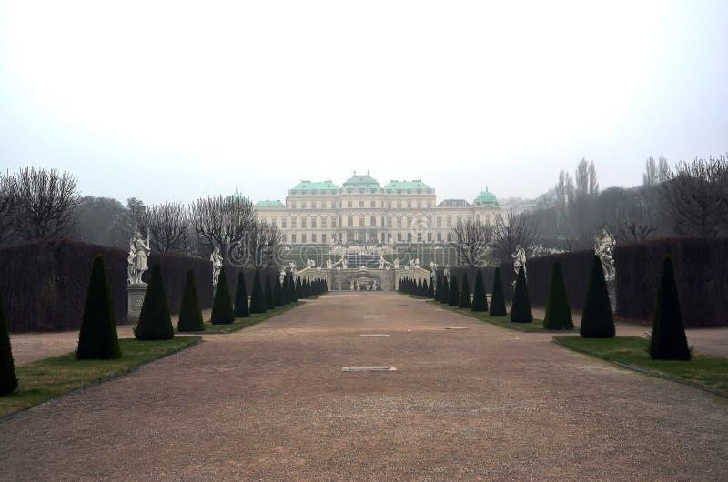 Belwederu kasztel w Wiedeń w zimy mgły dniu zdjęcie royalty free