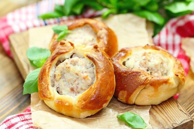 Belyashi russo tradizionale delle torte di carne immagini stock libere da diritti
