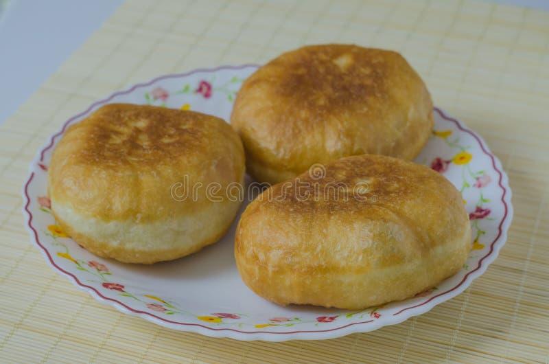 Belyashi tradicional das tortas de carne do russo em uma placa fotografia de stock royalty free