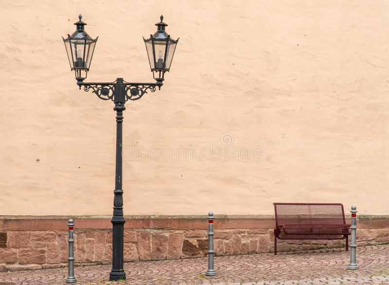 Belysning av den gamla staden Metallgatalampa ensam b?nk royaltyfria bilder