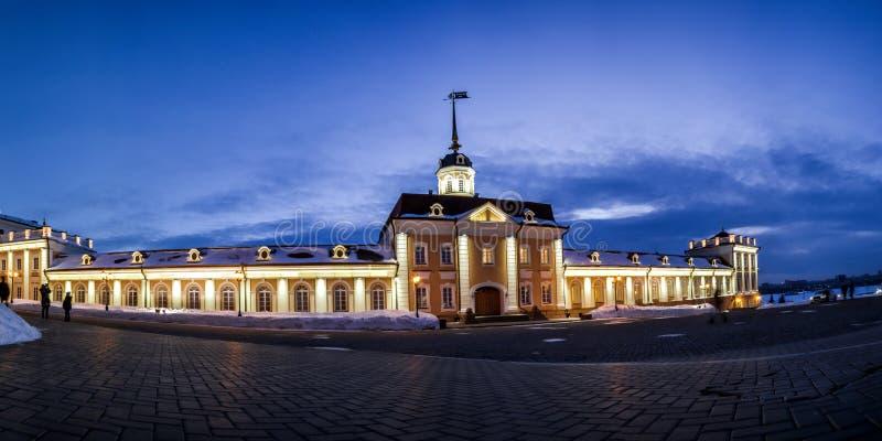 Belysning för vapengårdnatt av den Kazan Kreml i vinter royaltyfria foton