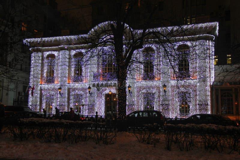 Belysningar på fasad av gammal byggnad i mitten av Moskva under ferier för nytt år och jul arkivbilder