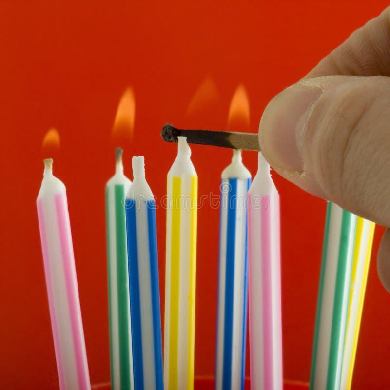 Belysningfödelsedagstearinljus royaltyfria bilder
