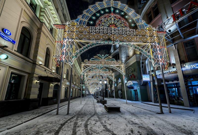 Belysninggarnering för nytt år och julav staden Ryssland, royaltyfria foton