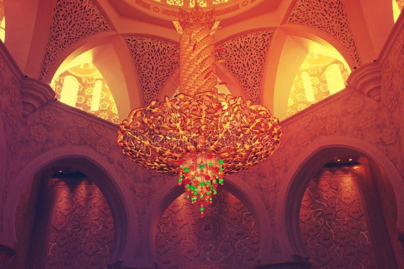 BELYSNINGSUTRUSTNING inom den största moskén av UAE, STORSLAGEN MOSKÉ för SCHEJK som ZAYED lokaliseras i ABU DHABI royaltyfri foto