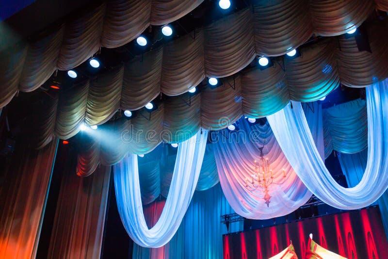 Belysningsutrustning och landskap i teatern på etapp arkivfoto