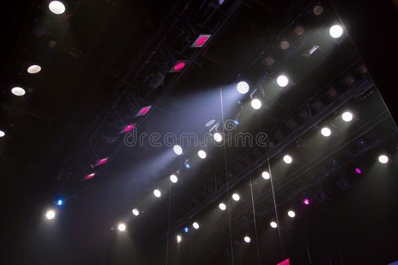 Belysningsutrustning på etappen av en teater eller en konserthall Strålarna av ljus från strålkastare Halogen och ledde ljusa kul royaltyfria bilder