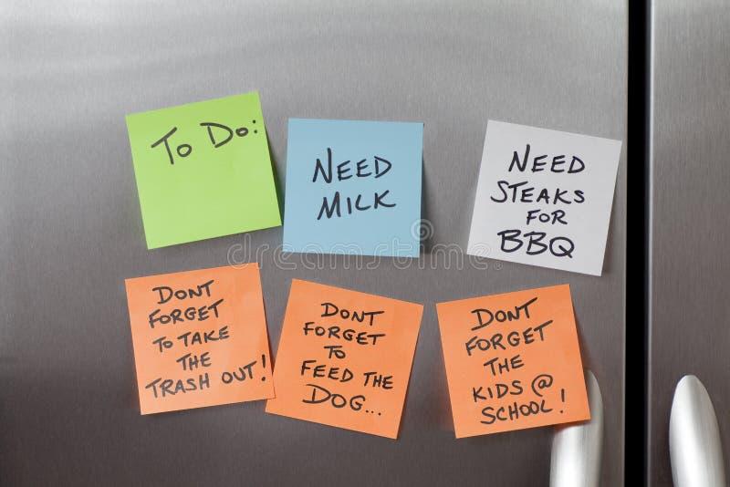 bemärker det klibbiga kylskåp arkivbilder