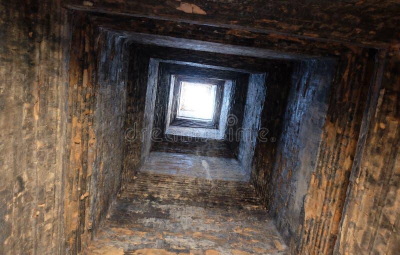 Bem antigo profundo. masonry. Luz na extremidade do t?nel. Fundo fotos de stock