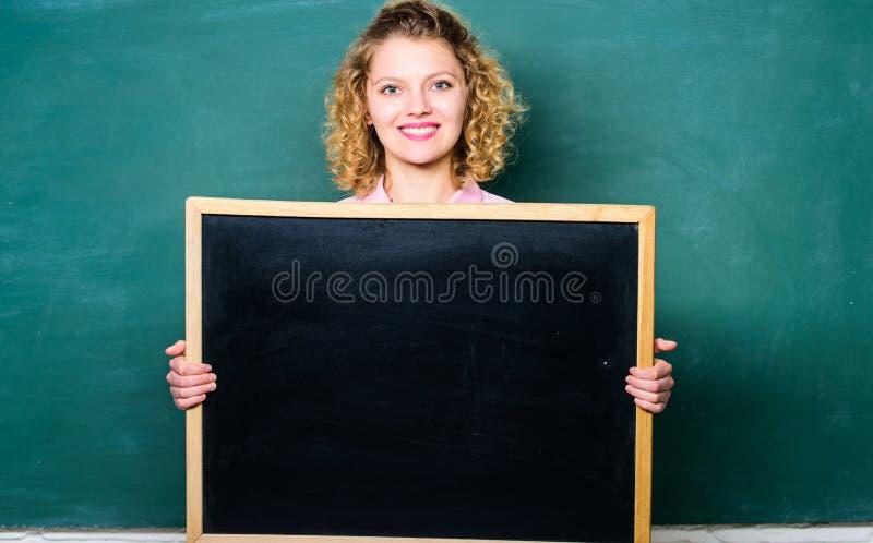 Bem cozido é nosso dever professor da mulher no quadro-negro Copie o espa?o está aqui sua propaganda as informações embarcam imagens de stock