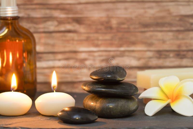 Bem-estar e velas da composição dos termas com pedras da massagem imagem de stock