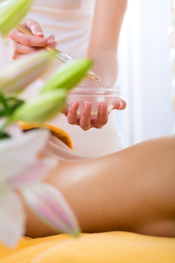 Bem-estar - mulher que obtém a massagem do corpo nos termas foto de stock