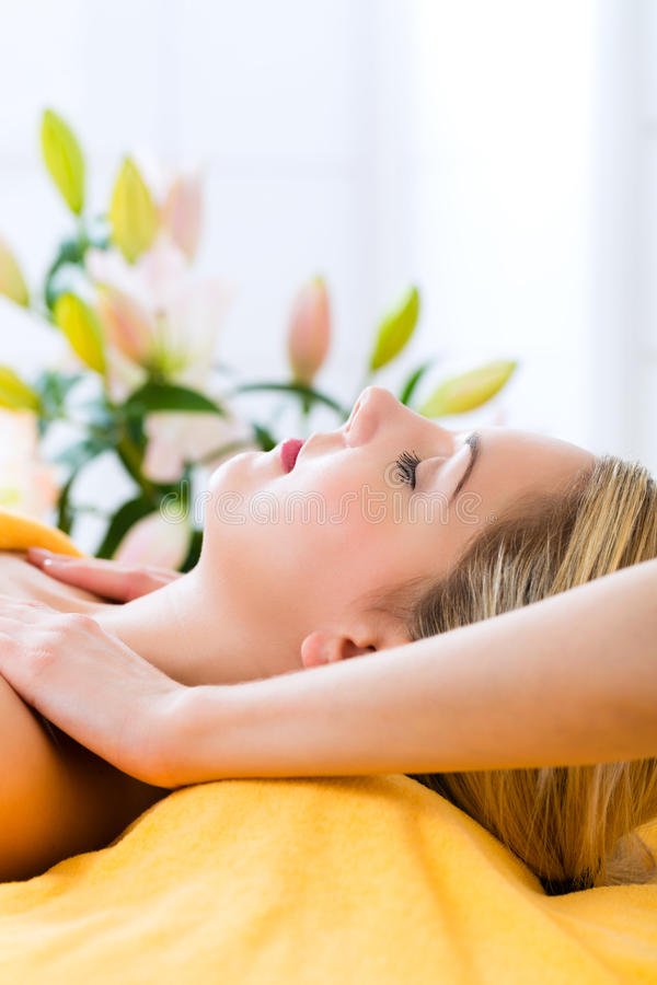 Bem-estar - mulher que obtém a massagem principal nos termas imagem de stock