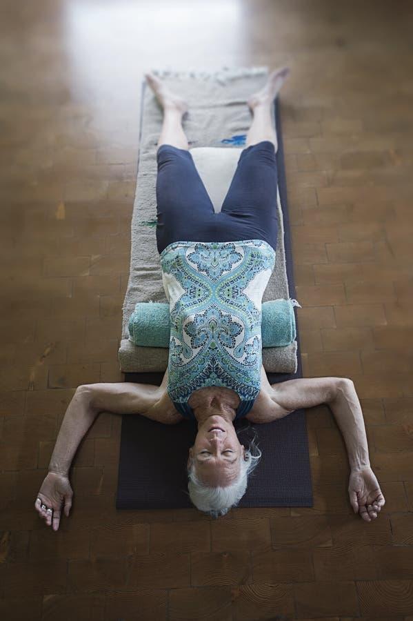 Bem-estar superior da mulher da ioga restaurativa foto de stock