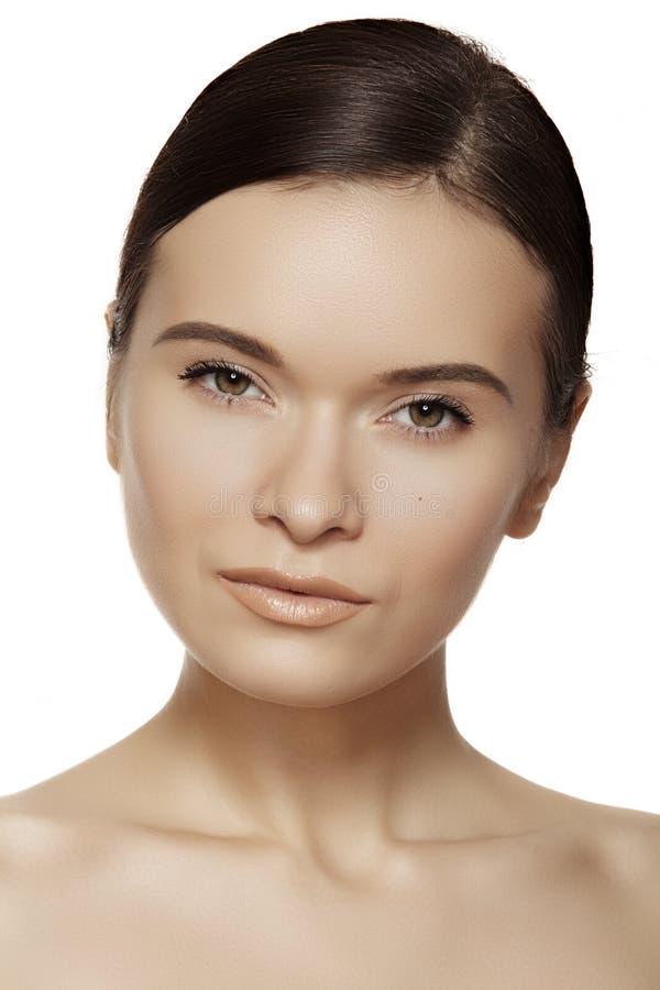 Bem-estar, termas & skincare. Face modelo bonita com pele saudável, composição diária imagens de stock