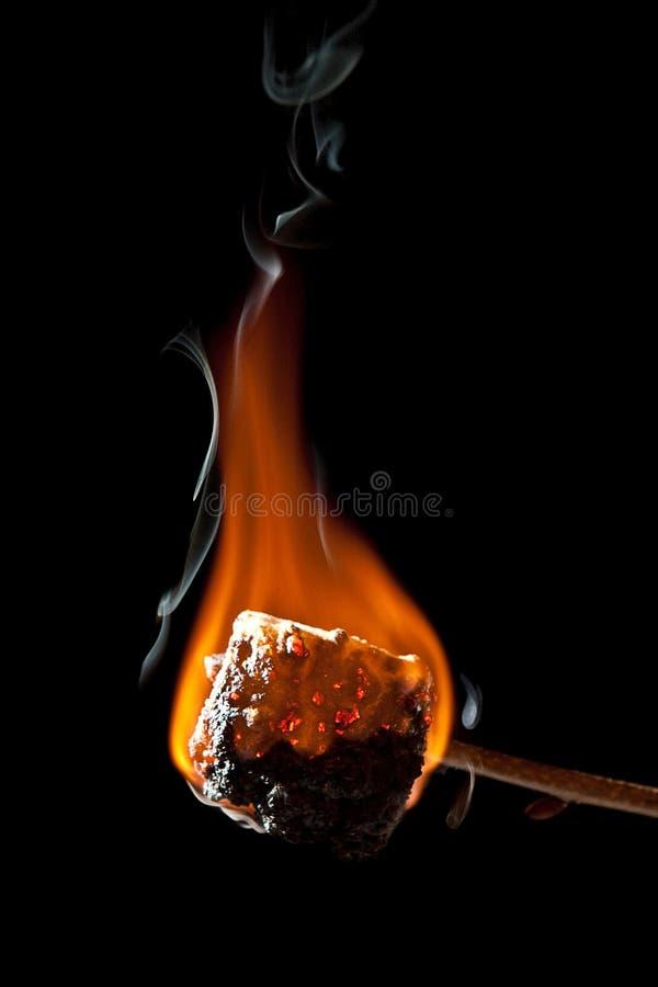 Bem passado marshmallow que queima-se e que obtem toda preto fotos de stock