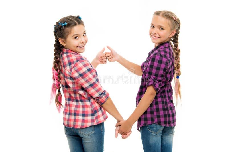 Bem polegar acima Cutie elegante Inf?ncia feliz Mantenha o cabelo trançado Irmãs com cabelo trançado longo hairdresser imagens de stock