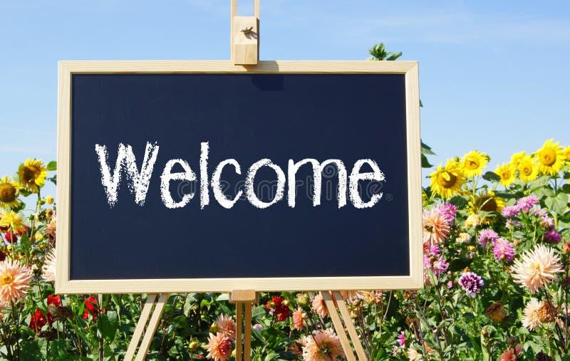 Bem-vindo assine dentro o jardim foto de stock