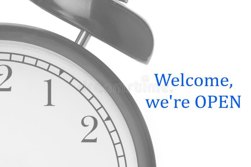 Bem-vindo nós estamos ABERTOS assinamos em azul e em branco, na porta da loja fotografia de stock royalty free