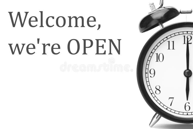Bem-vindo nós estamos ABERTOS assinamos em cinzento e em branco, na porta da loja fotografia de stock