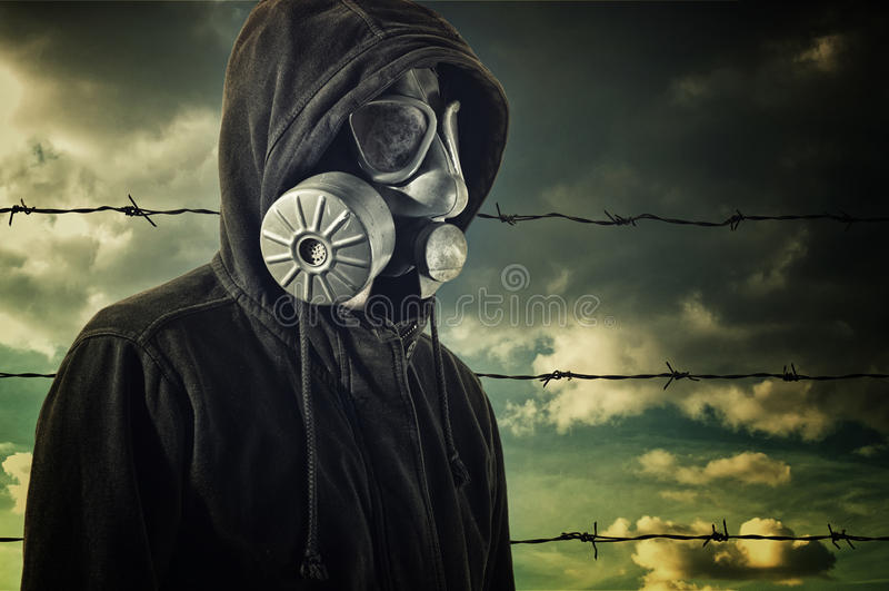 Bemanna att ha på sig gasmasken royaltyfria bilder