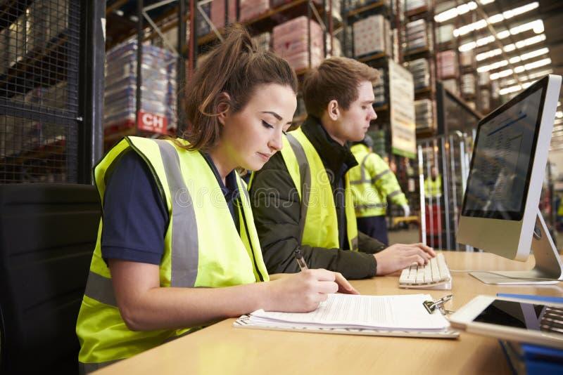 Bemanna att klara av lagerlogistik i ett på plats kontor royaltyfri bild