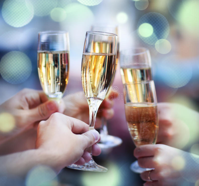 Bemanna hållande exponeringsglas av champagnedanande en rostat bröd