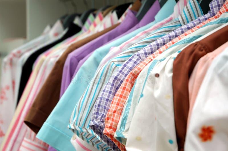 Download Bemannar skjortakvinnor fotografering för bildbyråer. Bild av kläder - 982123